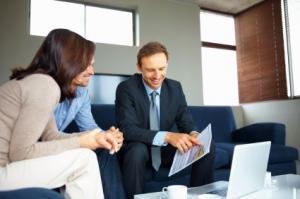 Finanzberater im Kundengespräch: mit Sprache überzeugen.Finanzberater im Kundengespräch: mit Sprache überzeugen.